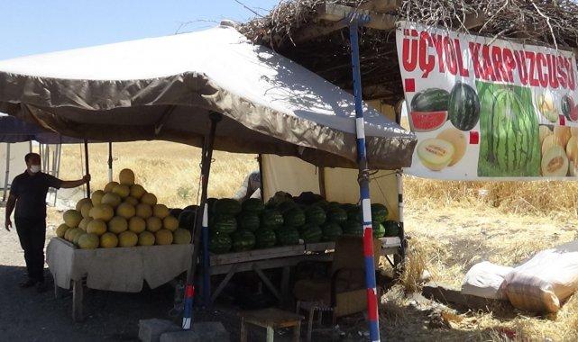 Kavurucu sıcakta karpuz ve kavun satarak ekmek parasını kazanıyor