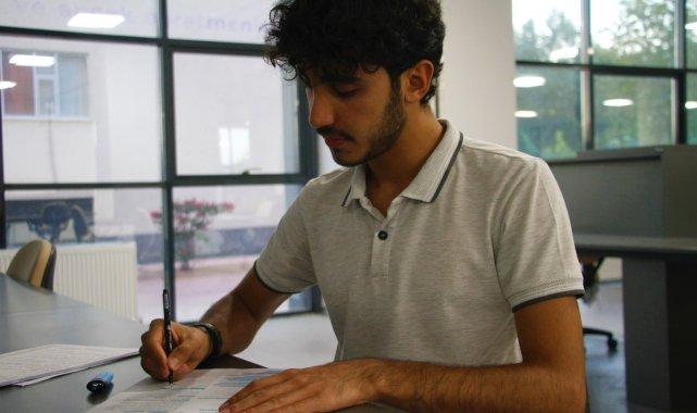 İnşaatında çalıştığı kütüphanede şimdi tıp fakültesi öğrencisi olarak çalışıyor
